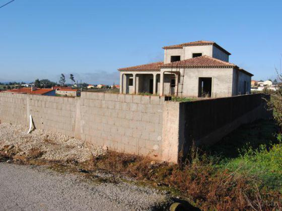 House under construction with 7760 m2 land - 3 minutes from Cadaval