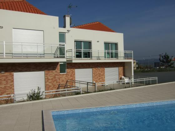 GRAND APPARTEMENT A VENDRE AVEC PISCINE A SALIR DO PORTO (Portugal) 148000€